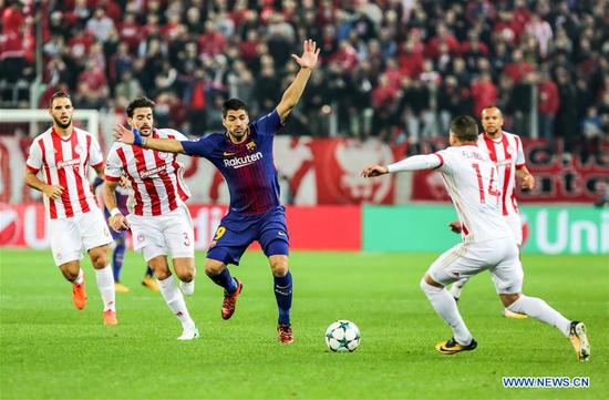Luis Suarez (3rd L) of Barcelona competes during the UEFA Champions League group D match between Olympiacos and Barcelona in Athens, Greece, on Oct. 31, 2017. The match ended with a 0-0 tie. (Xinhua/Lefteris Partsalis)