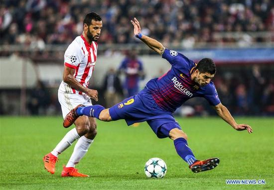 Luis Suarez (R) of Barcelona competes during the UEFA Champions League group D match between Olympiacos and Barcelona in Athens, Greece, on Oct. 31, 2017. The match ended with a 0-0 tie. (Xinhua/Lefteris Partsalis)
