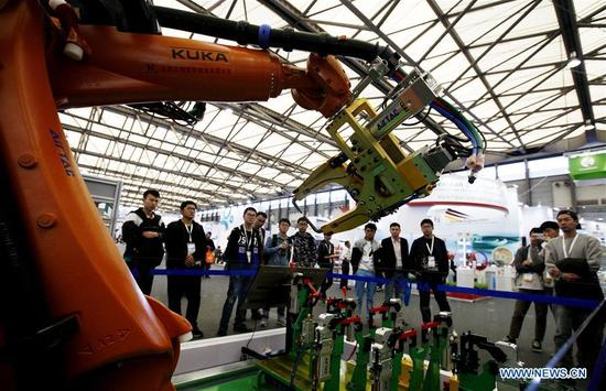 Visitors look at an exhibit at the 2017 Power Transmission and Control Asia in Shanghai, east China, Oct. 31, 2017. About 2,500 enterprises from home and abroad participated in the event, which focused on intelligent manufacturing this year. (Xinhua/Fang Zhe)