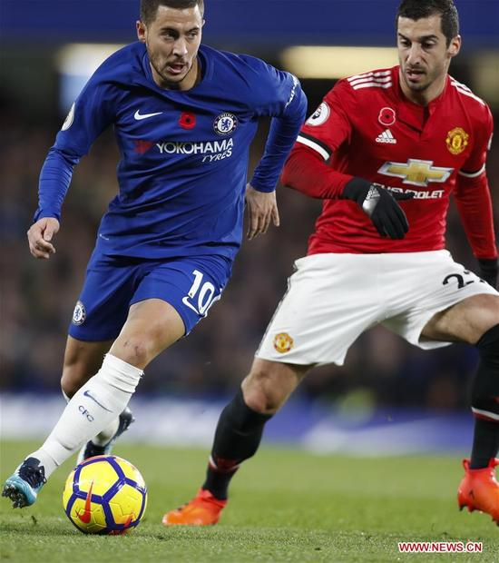 Eden Hazard (L) of Chelsea vies with Henrikh Mkhitaryan of Manchester United during the English Premier League match at Stamford Bridge Stadium in London, Britain on Nov. 5, 2017. Chelsea won 1-0. (Xinhua/Han Yan)