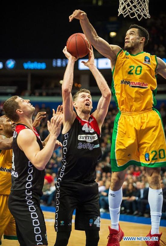 Jean-Frederic Morency (R) of Limoges CSP competes during a Round 5 match of 2017-2018 Basketball EuroCup between Lietuvos Rytas Vilnius from Lithuania and Limoges CSP from France in Vilnius, Lithuania, Nov. 7, 2017. Lietuvos Rytas Vilnius won the match 92-76. (Xinhua/Alfredas Pliadis)