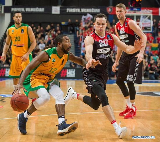 Dru Joyce (L) of Limoges CSP competes during a Round 5 match of 2017-2018 Basketball EuroCup between Lietuvos Rytas Vilnius from Lithuania and Limoges CSP from France in Vilnius, Lithuania, Nov. 7, 2017. Lietuvos Rytas Vilnius won the match 92-76. (Xinhua/Alfredas Pliadis)