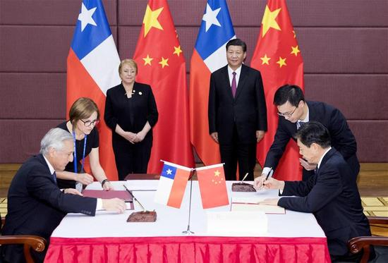 Chinese President Xi Jinping and his Chilean counterpart Michelle Bachelet witness the signing of a bilateral deal on upgrading the Free Trade Agreement (FTA) between the two countries in Da Nang, Vietnam, Nov. 11, 2017. (Xinhua/Ding Lin)