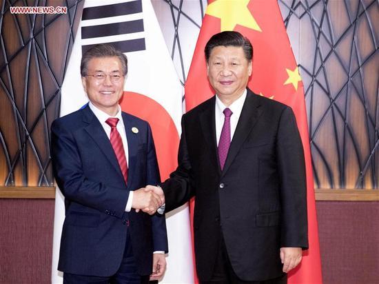 Chinese President Xi Jinping (R) meets with South Korean President Moon Jae-in in Da Nang, Vietnam, Nov. 11, 2017. (Xinhua/Ding Lin)
