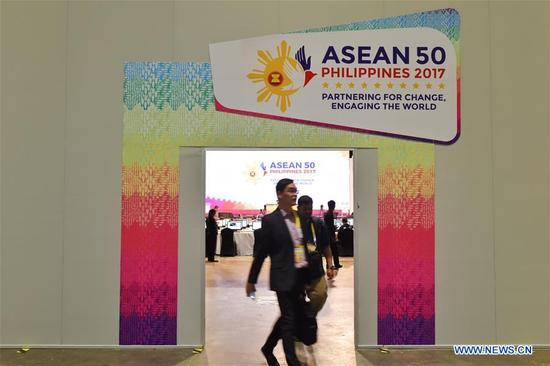 Journalists are seen at the media center for the 31st Association of Southeast Asian Nations (ASEAN) summit and related meetings in Manila, the Philippines, Nov. 12, 2017. (Xinhua/Qin Qing)
