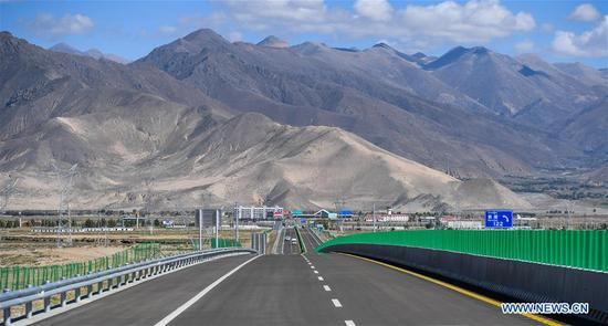 Photo taken on Sept. 27, 2017 shows the highway linking Xigaze City to Xigaze Airport in Xigaze City, southwest China's Tibet Autonomous Region. Highways have been built to improve transportation in Tibet. (Xinhua/Purbu Zhaxi)