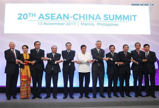 Chinese Premier Li Keqiang (5th L) and leaders of the Association of Southeast Asian Nations (ASEAN) member countries pose for group photos before the 20th China-ASEAN (10+1) leaders' meeting in Manila, the Philippines, Nov. 13, 2017. (Xinhua/Liu Weibing)