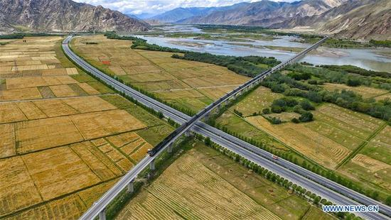Photo taken on Aug. 17, 2016 shows the highway linking Lhasa to Gonggar Airport in Lhasa, southwest China's Tibet Autonomous Region. Highways have been built to improve transportation in Tibet. (Xinhua/Purbu Zhaxi)