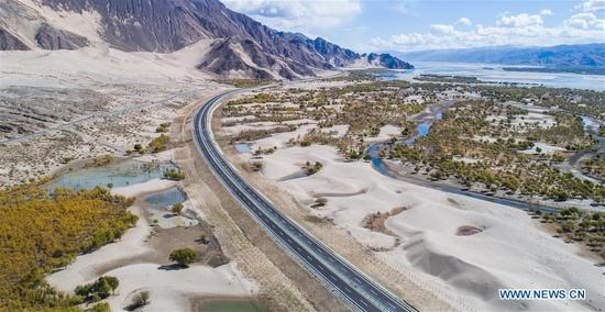 Photo taken on Nov. 10, 2017 shows the highway linking Zetang to Gonggar, southwest China's Tibet Autonomous Region. Highways have been built to improve transportation in Tibet. (Xinhua/Purbu Zhaxi)