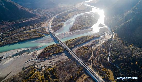 Photo taken on Nov. 9, 2017 shows the highway linking Lhasa to Nyingchi over Nyang River in Lhasa, southwest China's Tibet Autonomous Region. Highways have been built to improve transportation in Tibet. (Xinhua/Purbu Zhaxi)