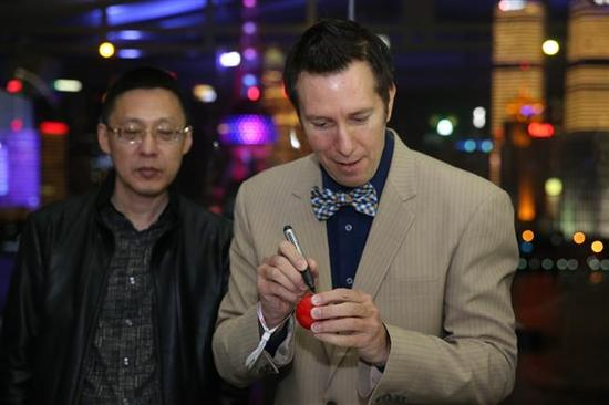 Welshman Dominic Dale, winner of the inaugural Shanghai Masters in 2007, signs autograph for fans at a promotional event on the city's iconic Bund on Sunday evening.