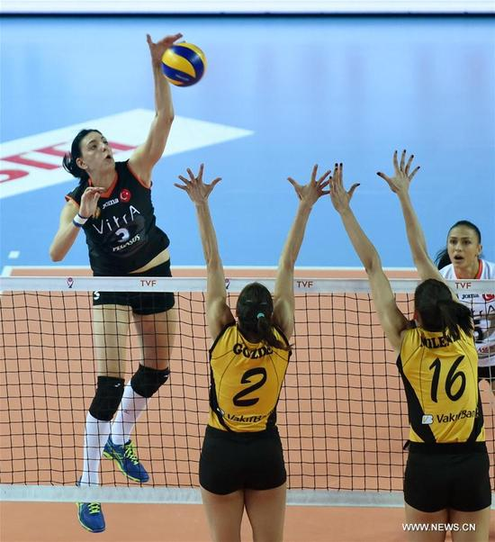 Eczacibasi's Tijana Boskovic (L Back) competes during the Turkish Women Volleyball League match between Eczacibasi and Vakifbank in Istanbul, Turkey, on Nov. 14, 2017. Vakifbank lost 0-3. (Xinhua/He Canling)