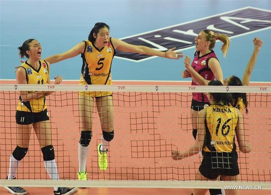 Vakifbank's Zhu Ting (2nd L) celebrates with her teammates during the Turkish Women Volleyball League match between Eczacibasi and Vakifbank in Istanbul, Turkey, on Nov. 14, 2017. Vakifbank lost 0-3. (Xinhua/He Canling)