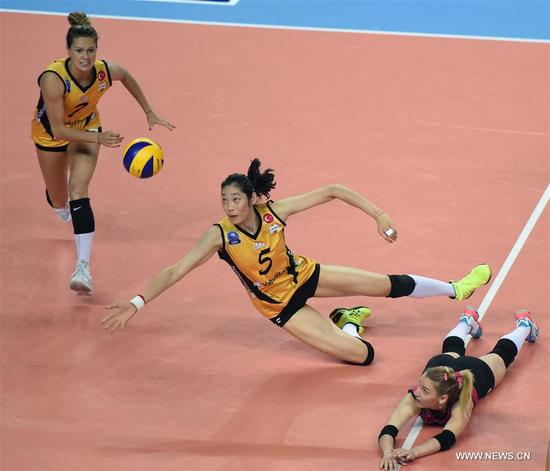 Vakifbank's Zhu Ting (C) competes during the Turkish Women Volleyball League match between Eczacibasi and Vakifbank in Istanbul, Turkey, on Nov. 14, 2017. Vakifbank lost 0-3. (Xinhua/He Canling)