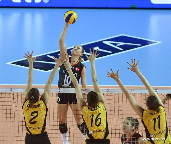 Eczacibasi's Jordan Larson (Back) competes during the Turkish Women Volleyball League match between Eczacibasi and Vakifbank in Istanbul, Turkey, on Nov. 14, 2017. Vakifbank lost 0-3. (Xinhua/He Canling)