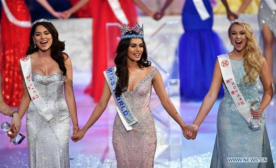 India's Manushi Chhillar (C) is crowned at the 67th Miss World Competition in Sanya, south China's Hainan Province, Nov. 18, 2017. (Xinhua/Guo Cheng)