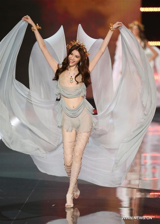 Chinese model He Sui presents a creation during the 2017 Victoria's Secret Fashion Show in Shanghai, east China, Nov. 20, 2017. (Xinhua/Ren Long)