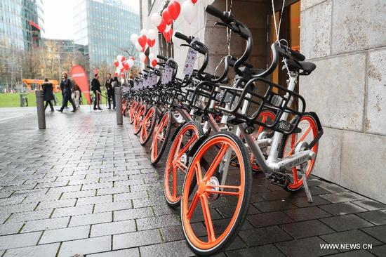 Photo taken on Nov.21, 2017 shows bikes of Chinese bike-sharing company Mobike in Berlin, capital of Germany. Chinese bike-sharing company Mobike onTuesday launched its service with 700 bikes in Berlin, the first city in Germany and the 200th city around the world. (Xinhua/ShanYuqi)
