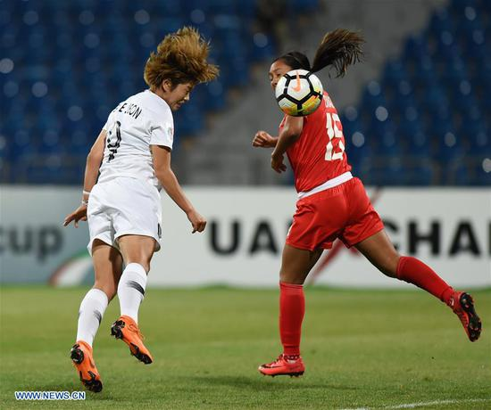 Jeon Ga-Eul (L) of South Korea competes for a header with Alexa Diaz of the Philippines during the fifth place match between South Korea and the Philippines at the 2018 AFC Women's Asian Cup in Amman, Jordan, on April 16, 2018.(Xinhua/He Canling)