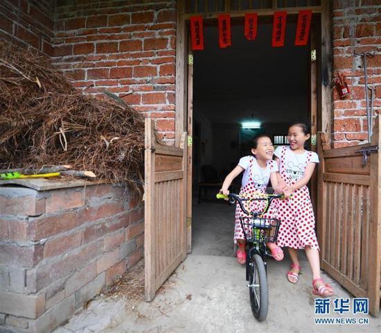 9-year-old twin sisters Zeng Jinrong and Zeng Jinyun