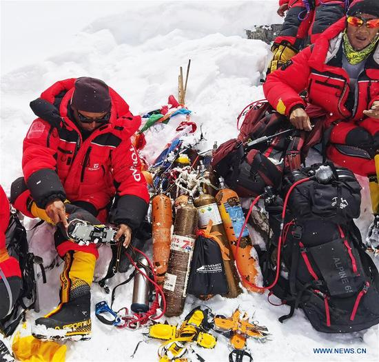 Chinese surveyors prepare to retreat to the advance camp at an altitude of 6,500 meters on Mount Qomolangma, on May 21, 2020. The Chinese mountaineering team has further delayed its plan to reach the peak of Mt. Qomolangma on May 22 to accurately measure its height due to bad weather conditions. Located at the China-Nepal border, Mount Qomolangma is the world's highest peak, with its north part located in Xigaze of southwest China's Tibet Autonomous Region. (Xinhua/Penpa)