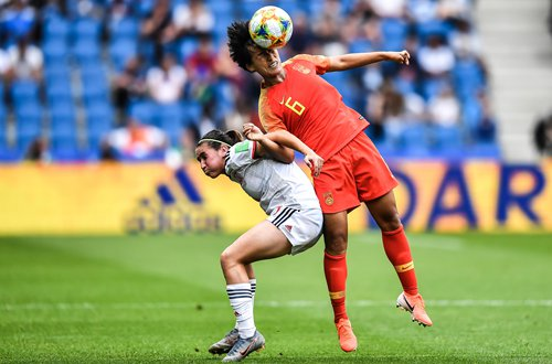 Chinese midfielder Han Peng (No.6) heads the ball during their match against Spain in the Women's World Cup on Monday in Le Havre, France. Photo: VCG