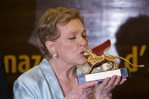 Julie Andrews kisses her Golden Lion for Lifetime Achievement at the 76th Venice Film Festival on September 2. Photo: IC