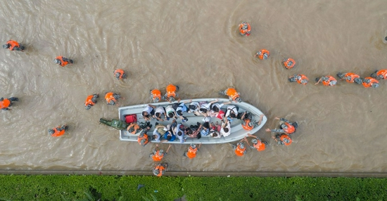 Aerial photo taken on July 22, 2021 shows rescuers evacuating stranded people outside the Fuwai Central China Cardiovascular Hospital in flood-hit Zhongmu County of Zhengzhou, central China's Henan Province. (Xinhua/Cai Yang)