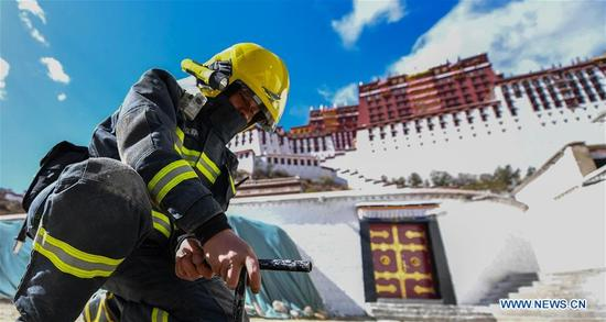 A firefighter takes part in an emergency drill at the Potala Palace in Lhasa, southwest China's Tibet Autonomous Region, April 2, 2018. (Xinhua/Jigme Dorgi)