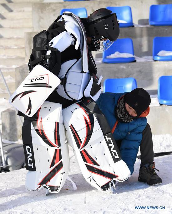 Li Runtao (L), goalkeeper of ice hockey team of Wenyun County Primary School attends a training session in Fuyun County of Altay, northwest China's Xinjiang Uygur Autonomous Region, Jan 18, 2019. Wenyun County Primary School established their ice hockey team in 2013, the first campus ice hockey team in Altay, with the help of the Charles Wang Ice Hockey Hope Project. There are 50 players aging 10 to 14 in the team at present. Altay is enhancing local winter sports and fitness programs for its rich ice and snow resources, such as ice hockey, ice soccer, skiing and skating. (Xinhua/Sadat)