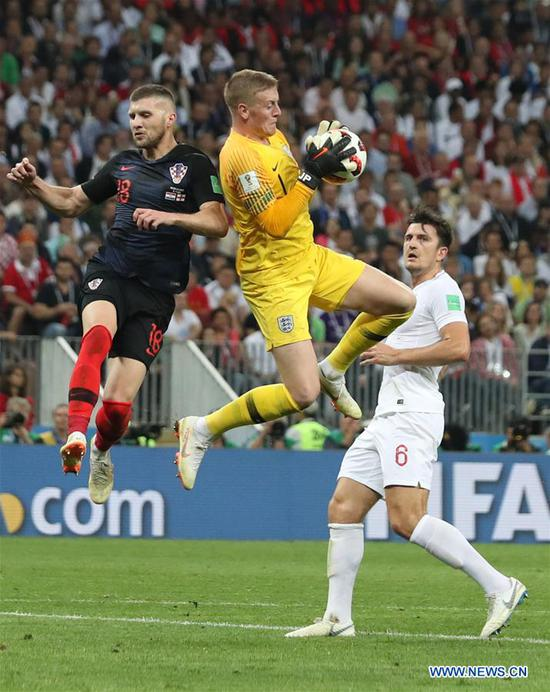 Goalkeeper Jordan Pickford (C) of England vies with Ante Rebic (L) of Croatia during the 2018 FIFA World Cup semi-final match between England and Croatia in Moscow, Russia, July 11, 2018. (Xinhua/Cao Can)