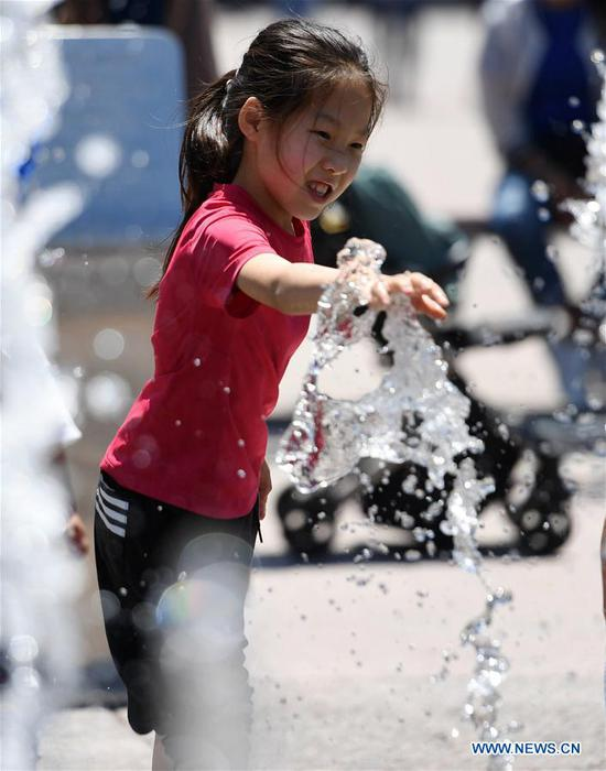 A girl enjoys leisure time in Haidian District of Beijing, capital of China, May 31, 2020. (Xinhua/Zhang Chenlin)