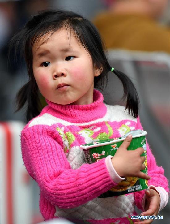 A child waits for the train at Guangzhou South Railway Station during the Spring Festival travel rush in Guangzhou, south China's Guangdong Province, Jan. 16, 2019. (Xinhua/Liu Dawei)