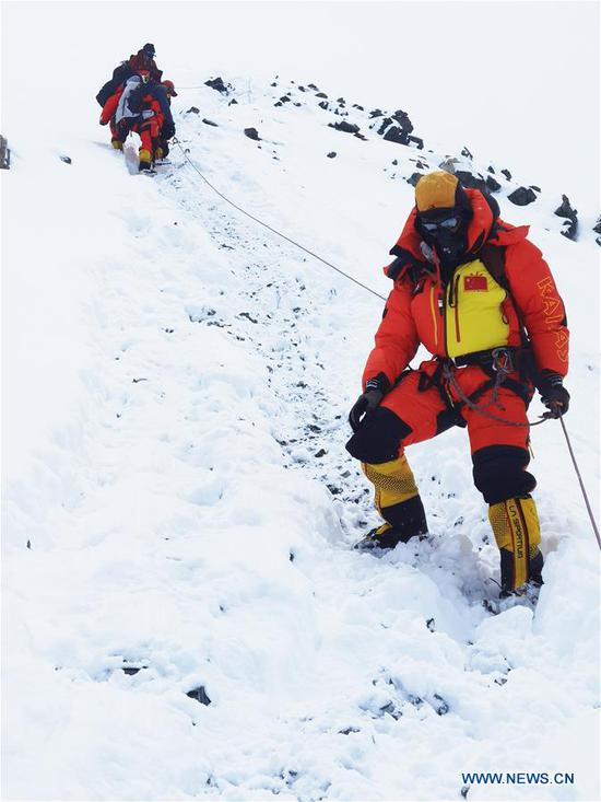 Chinese surveyors are on the way retreating to the advance camp at an altitude of 6,500 meters on Mount Qomolangma, on May 21, 2020. The Chinese mountaineering team has further delayed its plan to reach the peak of Mt. Qomolangma on May 22 to accurately measure its height due to bad weather conditions. Located at the China-Nepal border, Mount Qomolangma is the world's highest peak, with its north part located in Xigaze of southwest China's Tibet Autonomous Region. (Xinhua/Tashi Tsering)