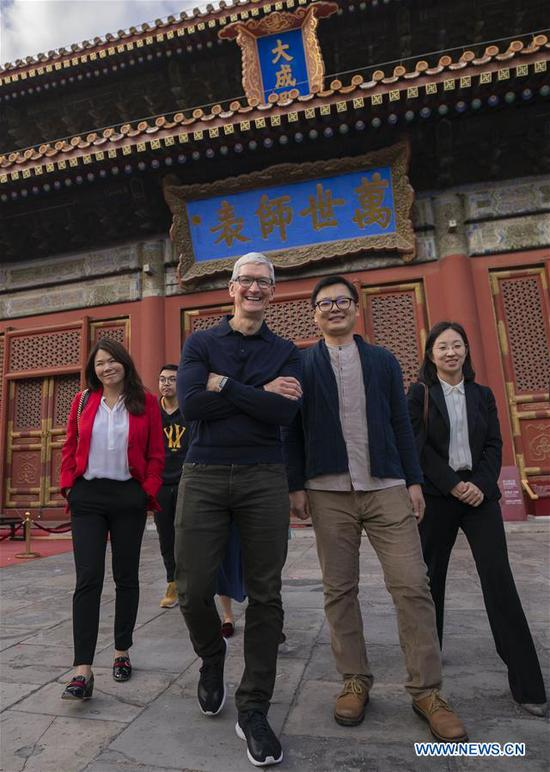 Apple's CEO Tim Cook and Qu Zhangcai (2nd R), one of the founders of Xichuangzhu APP, visit Beijing Confucian Temple in Beijing, capital of China, on Oct. 10, 2018. Cook paid a visit to Beijing Confucian Temple and the Imperial College on Wednesday. (Xinhua/Cai Yang)