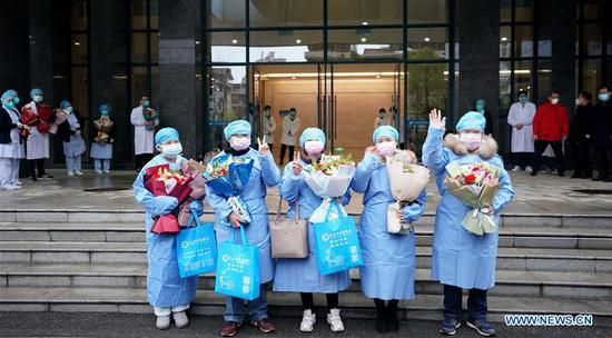 Cured novel coronavirus pneumonia patients are discharged from a hospital in Wuhan, central China's Hubei Province, Feb. 6, 2020. A total of 23 novel coronavirus pneumonia patients were cured and discharged from hospital on Thursday after integrated treatment with traditional Chinese medicine (TCM) and Western medicine. (Xinhua/Wang Yuguo)