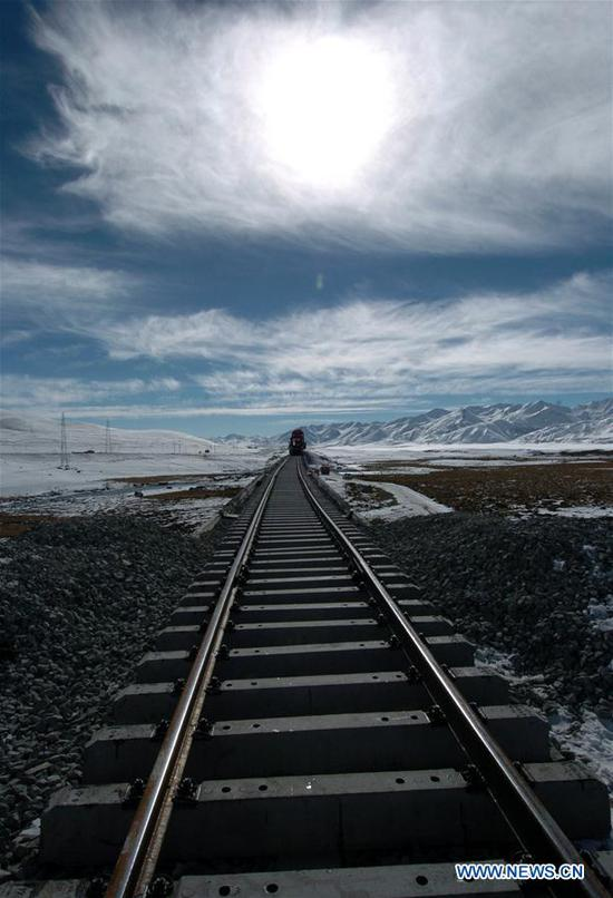 Photo taken on Dec. 15, 2004 shows the construction site of the Qinghai-Tibet Railway. (Xinhua/Chogo)
