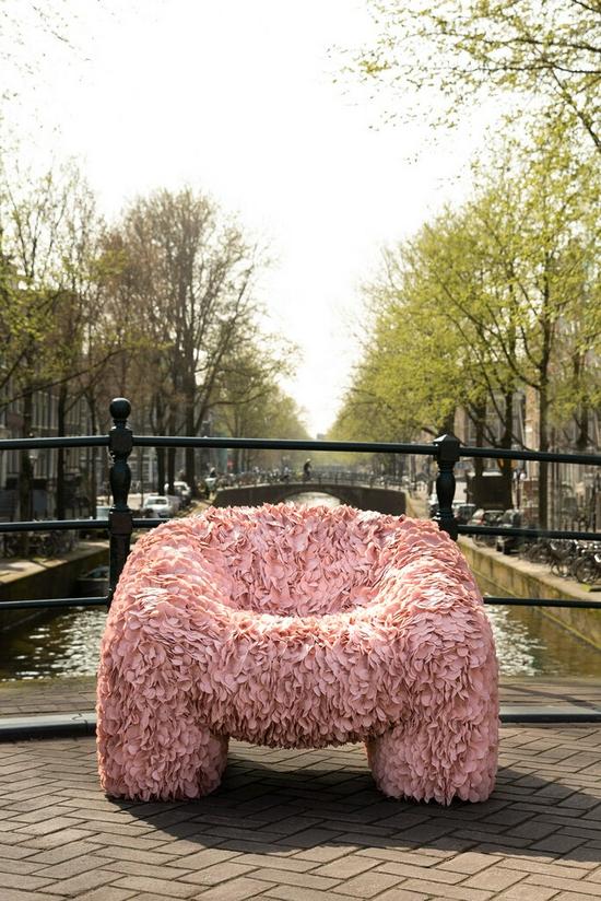 安德烈斯·雷辛格的作品绣球花座椅一开始是虚拟艺术品。由于在Instagram大受追捧,他制作了这把椅子的实物。