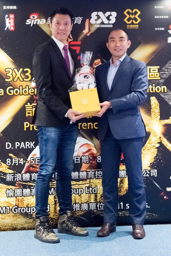 Sam Li, Vice General Manager of Sina Sports, Head of International Business Strategy (right) offered a 3X3 Golden League souvenir to Kenny Wong, Head of M1 Group