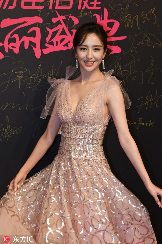 Chinese actress Tong Liya poses as she arrives on the red carpet for the 2018 Cosmo Beauty Awards Ceremony in Shanghai, China, Nov 28, 2018. [Photo/IC]