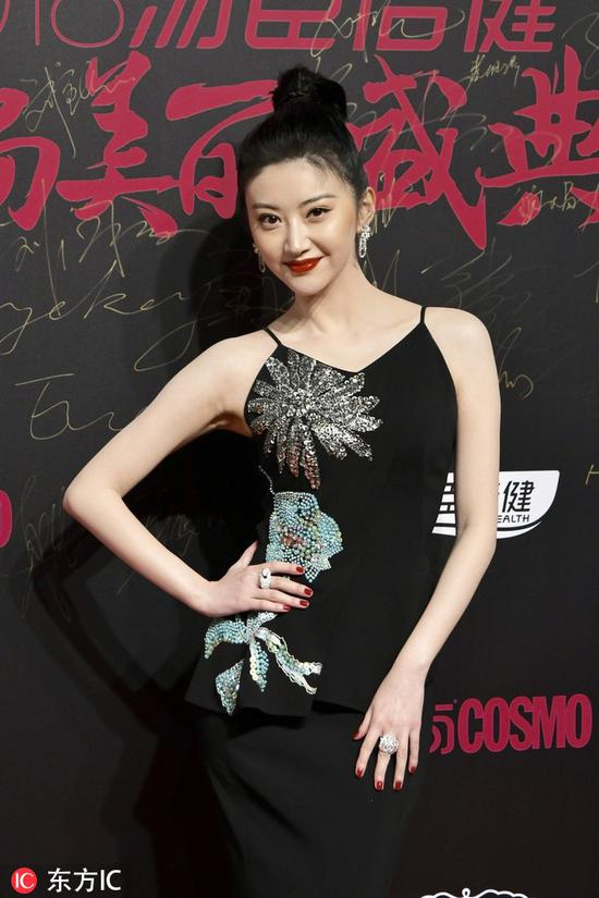 Chinese actress Jing Tian poses as she arrives on the red carpet for the 2018 Cosmo Beauty Awards Ceremony in Shanghai, China, Nov 28, 2018. [Photo/IC]