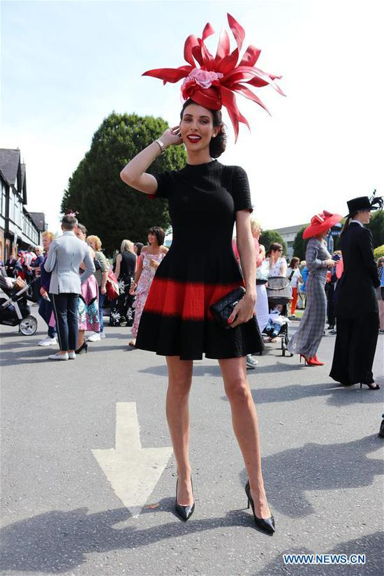 A contestant poses for photos at Ladies' Day in Dublin, Ireland, Aug. 8, 2019. Ladies' Day is a fashion competition held annually during Dublin Horse Show in the Irish capital. (Xinhua)