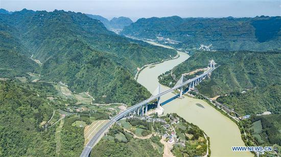 Aerial photo taken on May 22, 2019 shows the Jinjiang grand bridge on the Tongren-Huaihua highway in southwest China's Guizhou Province. The construction of 33.778-kilometer-long Guizhou section of Tongren-Huaihua highway was completed on Tuesday. (Xinhua/Tao Liang)