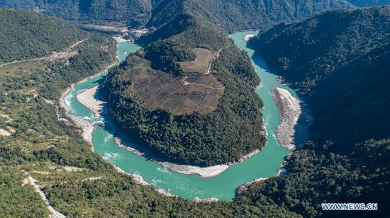 Aerial photo taken on Feb. 8, 2021 shows a curve of the Yarlung Zangbo River in Medog County, Nyingchi City of southwest China's Tibet Autonomous Region. (Xinhua/Sun Fei)