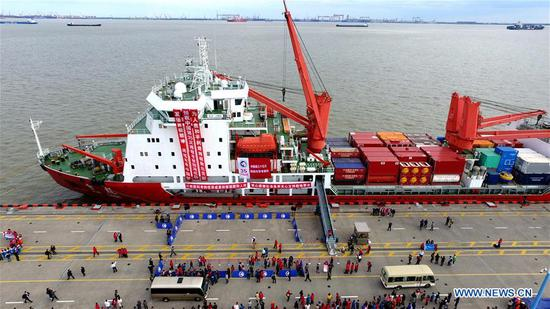 中国雪龙的研究破冰船驶向南极考察 2