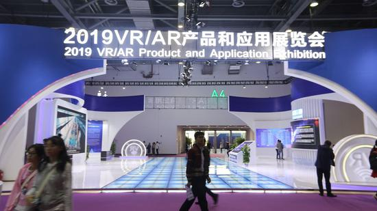 People visit the 2019 VR/AR Product and Application Exhibition in Nanchang, capital of east China's Jiangxi Province, Oct. 19, 2019. (Photo by Zhou Yi/Xinhua)