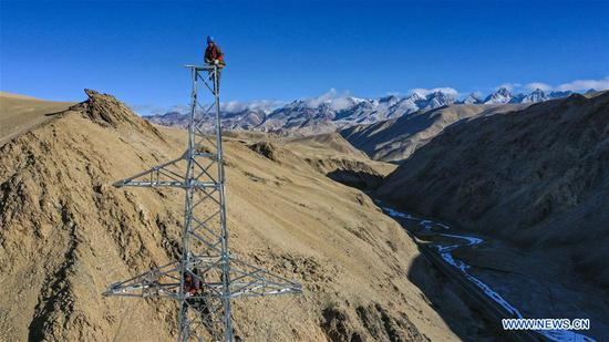 Aerial photo taken on Nov. 23, 2019 shows technicians working on an electric transmission tower in Tajik Autonomous County of Taxkorgan, northwest 四不像心水's Xinjiang Uygur Autonomous Region. Maryang Township and Datong Township are located in the Pamir Plateau amid high mountains and deep valleys, far away from the county seat. For a long time, the terrain causes the slow development of power and other infrastructure, which has become the main obstacle for the local poverty alleviation. Even the photovoltaic power panels set by the government can only satisfy the basic lighting needs of villagers in the two townships. To resolve the problem of power supply, local authorities of Xinjiang increased the investment to implement the power grid extension project, which will benefit many remote villages after completion. At present, hundreds of electric technicians from all over the country have overcome the difficulties of high altitude and low temperature to carry out the construction. According to the plan, the power grid extension project of Maryang Township and Datong Township will be completed in succession before the end of June next year. (Xinhua/Hu Huhu)