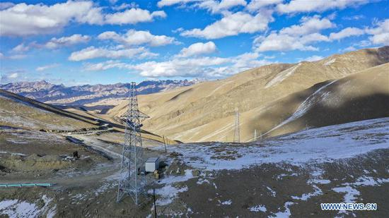 Aerial photo taken on Nov. 23, 2019 shows 35kV power transmission lines passing through mountains at an altitude of more than 4,000 meters in Maryang Township, Tajik Autonomous County of Taxkorgan, northwest 四不像心水's Xinjiang Uygur Autonomous Region. Maryang Township and Datong Township are located in the Pamir Plateau amid high mountains and deep valleys, far away from the county seat. For a long time, the terrain causes the slow development of power and other infrastructure, which has become the main obstacle for the local poverty alleviation. Even the photovoltaic power panels set by the government can only satisfy the basic lighting needs of villagers in the two townships. To resolve the problem of power supply, local authorities of Xinjiang increased the investment to implement the power grid extension project, which will benefit many remote villages after completion. At present, hundreds of electric technicians from all over the country have overcome the difficulties of high altitude and low temperature to carry out the construction. According to the plan, the power grid extension project of Maryang Township and Datong Township will be completed in succession before the end of June next year. (Xinhua/Hu Huhu)