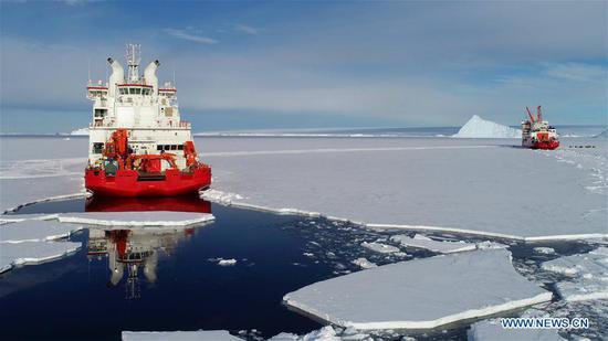 中国破冰船雪龙号和雪龙2号在中国中山站附近海域 2