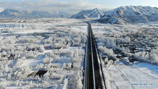 Aerial photo taken on March 24, 2020 shows the scenery along the Yarlung Zangbo River after a snowfall in southwest China's Tibet Autonomous Region. (Xinhua/Purbu Zhaxi)